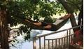Chuyện 'lạ': Người dân Hà Nội mắc võng, rải chiếu nằm ngủ bên sông Tô Lịch