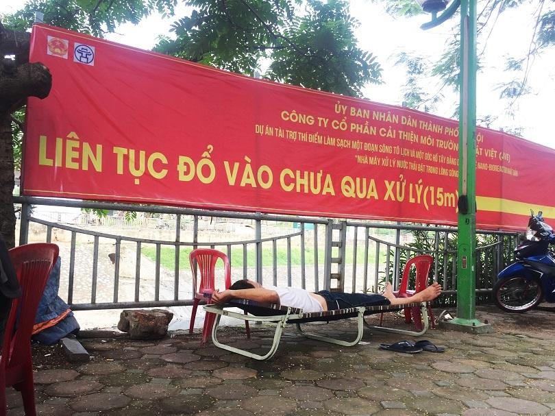 Người dân mắc võng, giải chiếu nằm ngủ bên sông Tô Lịch