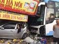 Nam Định: Xe khách húc đuôi xe con rồi lao vào nhà dân, 1 người chết