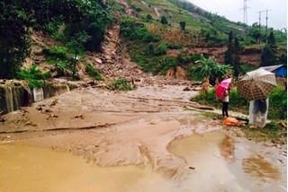 Xót xa: Mẹ mang bầu bị lũ cuốn trôi cùng con nhỏ ở Điện Biên