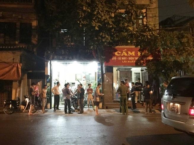 Hà Nội: Nam thanh niên đâm bị thương bà chủ tiệm cầm đồ và cầm dao cố thủ