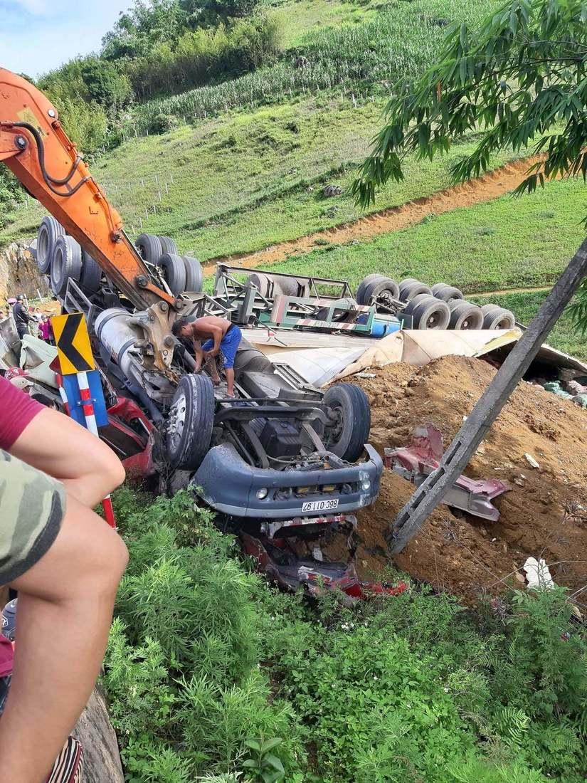 Clip: Giải cứu nạn nhân bị cả khối bê tông đè lên người sau tai nạn vơi xe đầu kéo