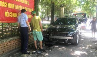 Nữ tài xế lái xe Mercedes tông người phụ nữ buôn đồng nát gãy chân