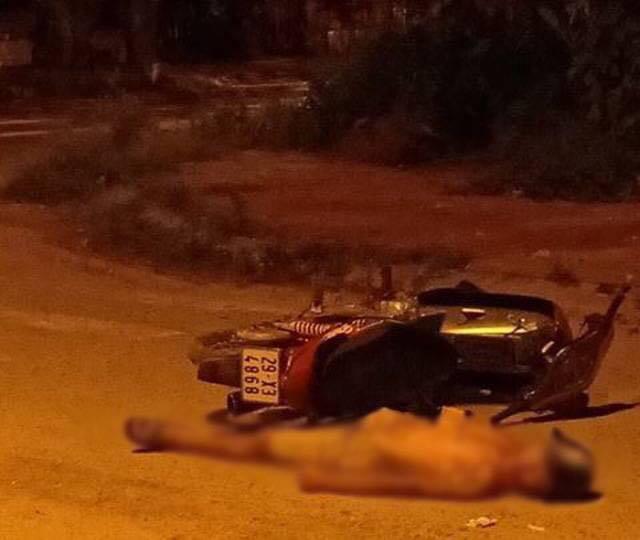 Hiện trường phát hiện thi thể người đàn ông cạnh chiếc xe máy. Ảnh NLĐ