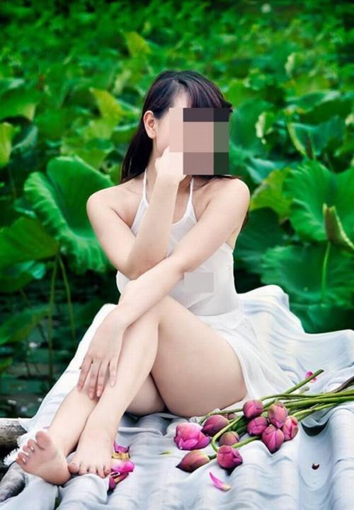 Dân mạng phẫn nộ vì cô gái hở hang ngâm mình dưới đầm sen chụp ảnh