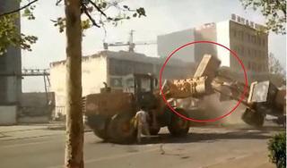 Hy hữu: 6 máy xúc dàn trận 'đánh nhau' quyết liệt trên đường phố