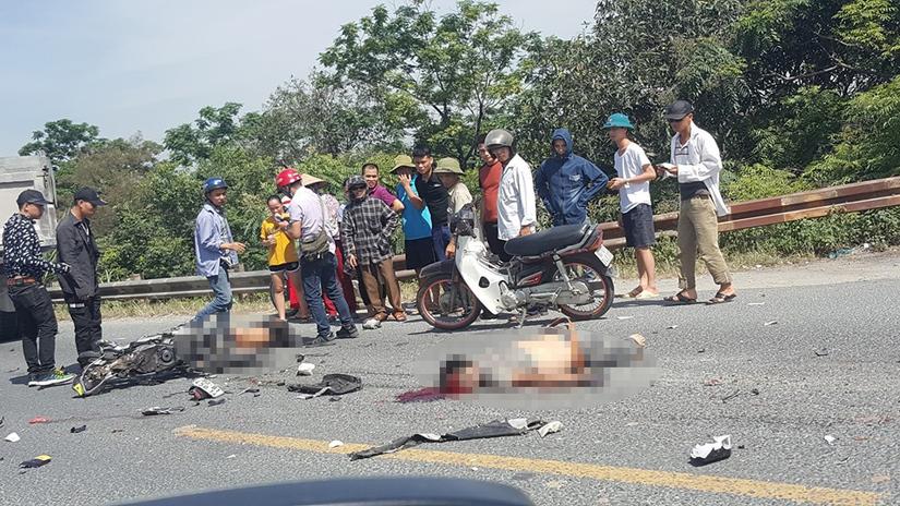 Hiện trường vụ va chạm với xe tải hai người đi xe máy tử vong.