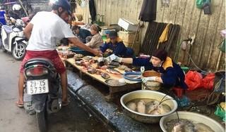 Chợ cóc 'bủa vây' chung cư HH Linh Đàm, bất chấp biển cấm của phường Hoàng Liệt