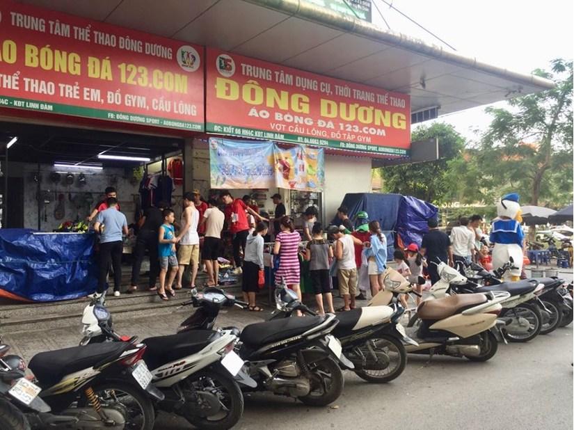 chung cư HH Linh Đàm tạo nên hình ảnh rất xấu xí. Điều đáng nói họ họp chợ ngay tại khu vực biển cảnh báo cấm họp chợ của UBND phường Hoàng Liệt