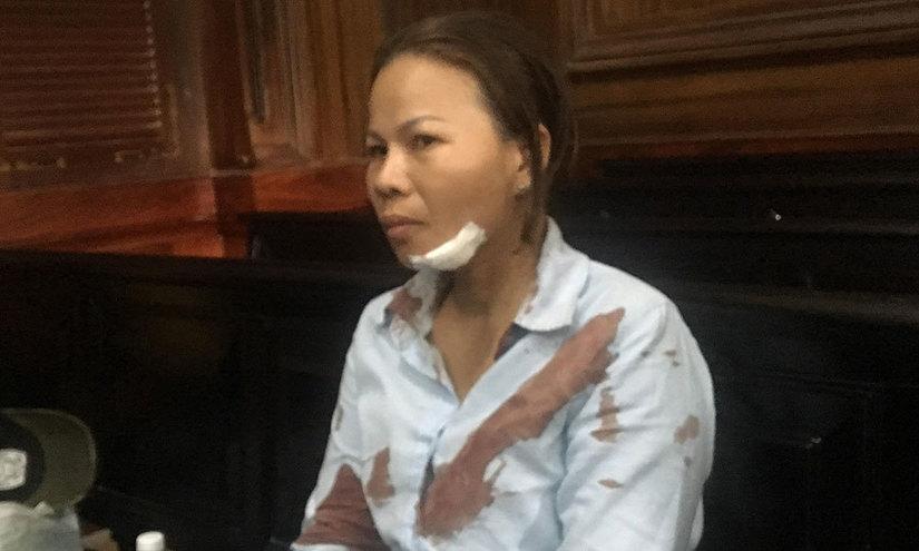 Chồng phạm tội giết người, vợ bị đánh ngay tai phiên tòa
