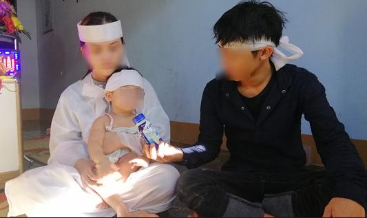 Đám tang nạn nhân bị CSGT đâm chết: Vợ con bơ vơ cùng vành khăn trắng