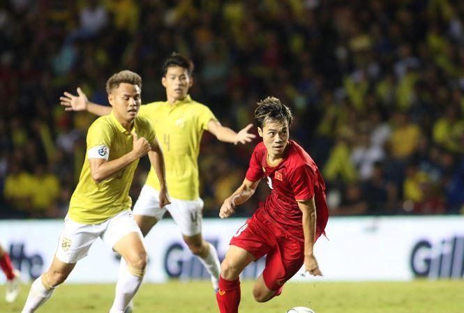 HLV Sirisak của đội tuyển Thái Lan đã phải giải trình trước Liên đoàn bóng đá Thái về trận thua của tuyển Việt Nam