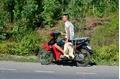 Công an vào cuộc vụ 'hôi' vịt từ xe tải bị lật ở Quảng Bình
