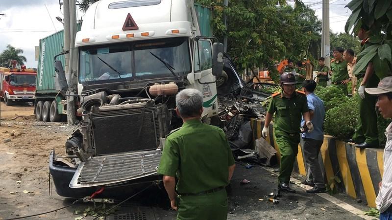 Container nổ lốp tông ô tô 4 chỗ bẹp dúm, 3 người tử vong