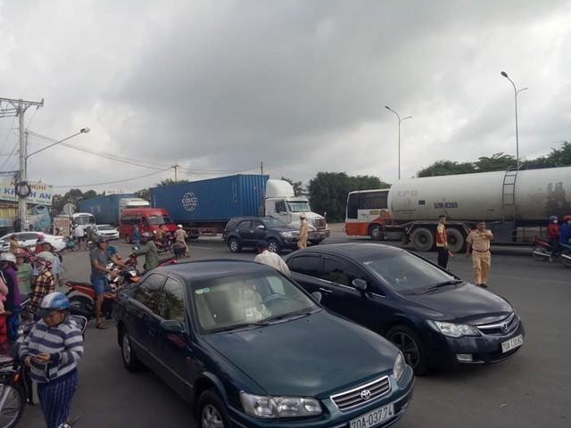 Hiện trường container tông ô tô con, 3 người tử vong bẹp dúm trong xe