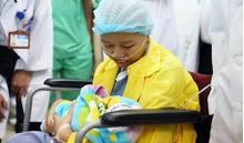 Nghẹn ngào giây phút người mẹ ung thư vú lần đầu gặp con