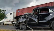 Đột ngột chuyển làn, xe 7 chỗ nát bét sau cú đối đầu với xe đầu kéo