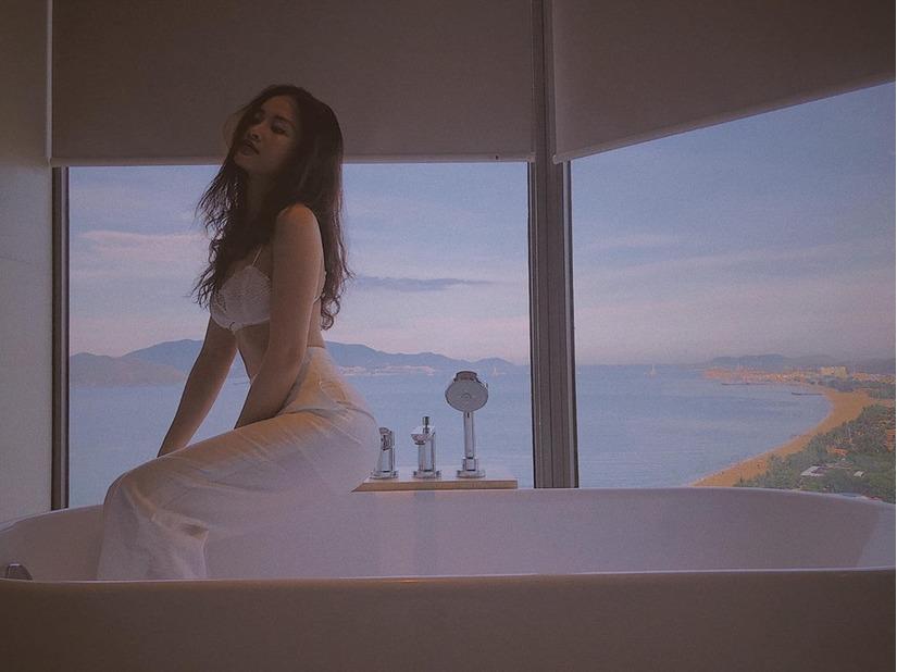 Đông Nhi mặc áo lót ren, lộ vòng eo chỉ 58 cm trong bồn tắm