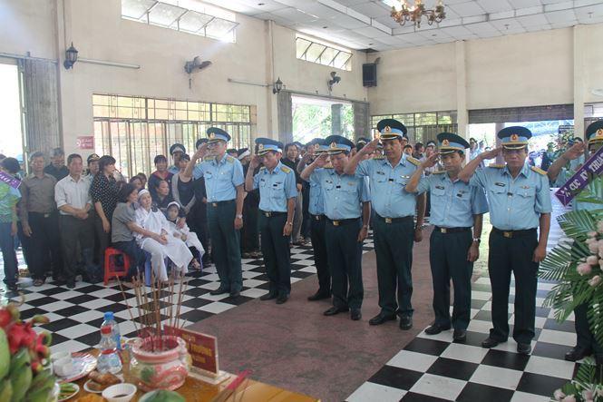Hàng nghìn người đưa tiễn 2 phi công hy sinh trong vụ rơi máy bay ở Khánh Hòa