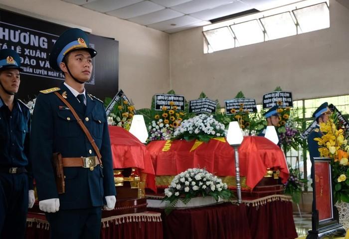 Hàng nghìn người nghẹn ngào viếng 2 phi công hy sinh trong vụ rơi máy bay ở Khánh Hòa