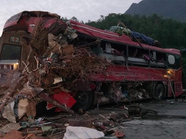 Hiện trường thảm khốc vụ xe tải đâm xe khách khiến hơn 30 người thương vong