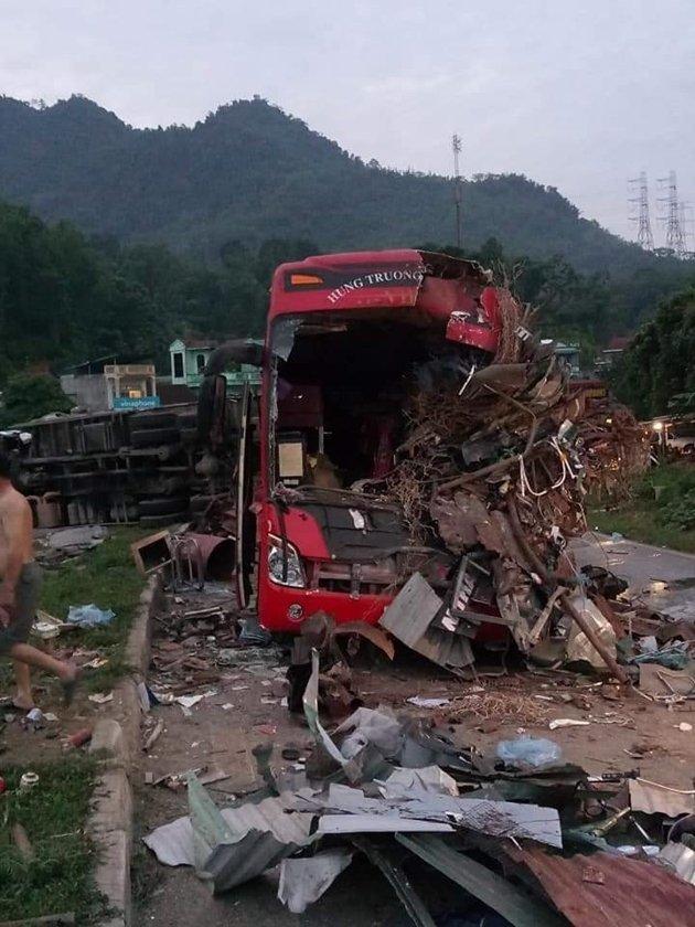 Hiện trường vụ xe khách đối đầu xe tải 40 người thương vong.