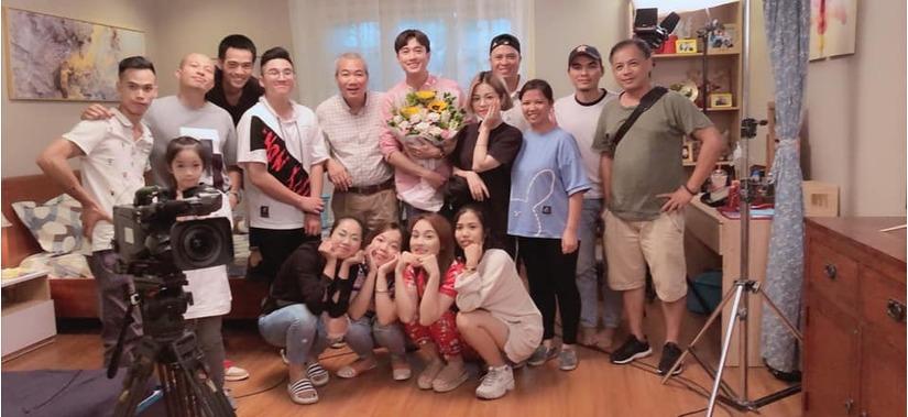 Quốc Trường đăng ảnh tình cảm bên Bảo Thanh chia tay đoàn phim Về nhà đi con