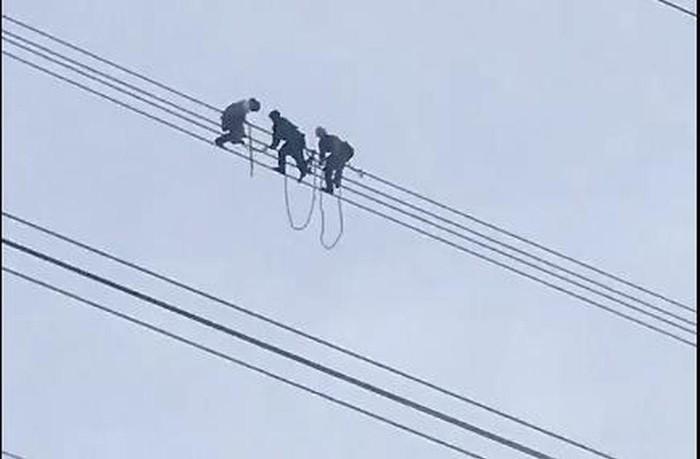 Sơn La: Lạnh người giải cứu nam thanh niên vắt vẻo trên dây điện cao thế 500KV