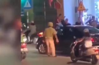 Bị yêu cầu dừng xe, ô tô táo tợn đâm lực lượng CSGT giữa ngã tư