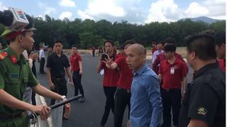 Nhân viên địa ốc Alibaba chống đối đoàn cưỡng chế bật khóc khi bị bắt giam