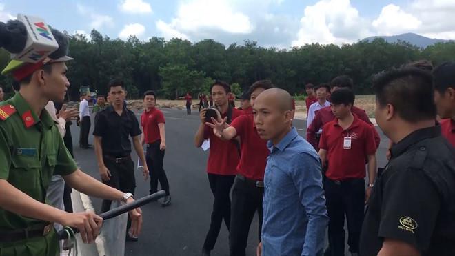 Nhân viên địa ốc Alibaba chống đối đoàn cưỡng chế bật khóc khi bị bắt