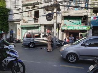 Người đi đường la hét kêu cứu khi ô tô 'điên' húc văng xe máy