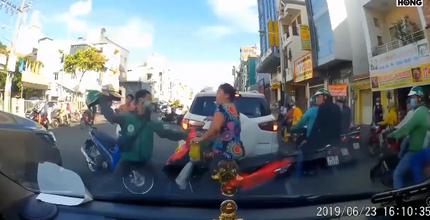 Thanh niên mặc áo Grab lấy mũ bảo hiểm đập vào đầu người phụ nữ để tranh đường đi