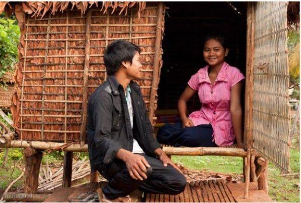 Cha mẹ dựng lều để con gái thoải mái quan hệ với đàn ông trước khi lấy chồng