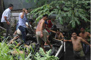 Sau va chạm, xe cẩu và ô tô 7 chỗ rơi xuống cầu, 5 người thương vong