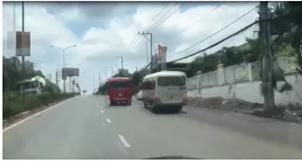 Hai xe khách đuổi nhau như phim hành động. Ảnh NLĐ.