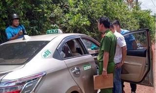 Tài xế taxi liều mình đạp cửa xe bỏ chạy khi bị tên cướp kề dao vào cổ