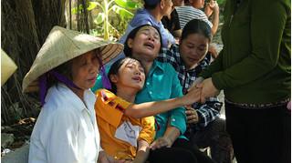 Người thân ngã quỵ đón thi thể ngư dân vụ tàu Nghệ An chìm trên biển