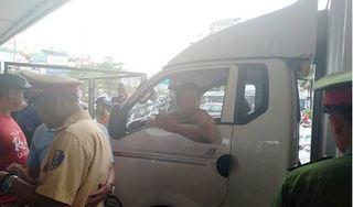 CLIP: Tông vào xe máy rồi bỏ chạy, tài xế xe tải còn hùng hổ đấm người, cố thủ trong xe