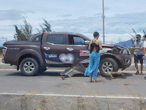 Hàng chục xe bán tải Nissan chặn đường tổ chức đua xe trái phép, hai xe xảy ra va chạm