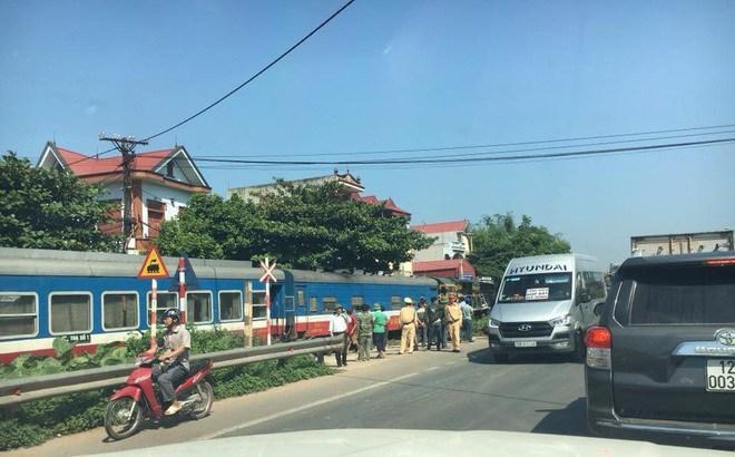 Bắc Giang: Ô tô bị tàu hoả tông trực diện, 3 người thương vong