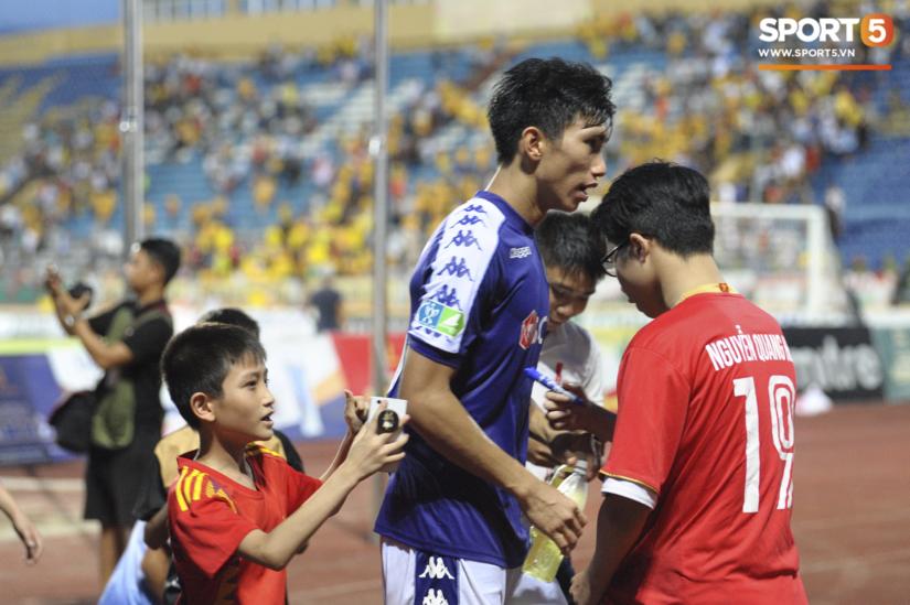 Xin chữ ký cầu thủ Hà Nội, CĐV Nam Định bị người đàn ông mắng té tát
