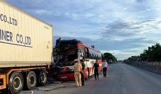 Xe khách tông đuôi container, 1 người tử vong, nhiều người nhập viện