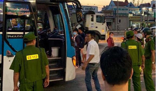Hai thanh niên bịt mặt dùng hung khí, chặn đầu xe khách cướp tài sản