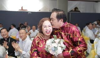 CLIP: Ông chủ Tân Hiệp Phát ngọt ngào hát tặng vợ yêu nhân kỷ niệm 40 năm ngày cưới