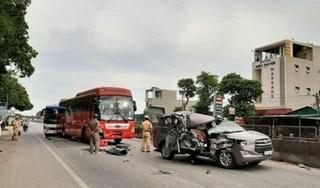 Innova nát bét sau cú va chạm liên hoàn với xe khách và xe tải