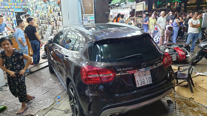 TP.HCM: Nữ tài xế lái Mercedes gây tai nạn liên hoàn, nạn nhân nằm la liệt trên đường
