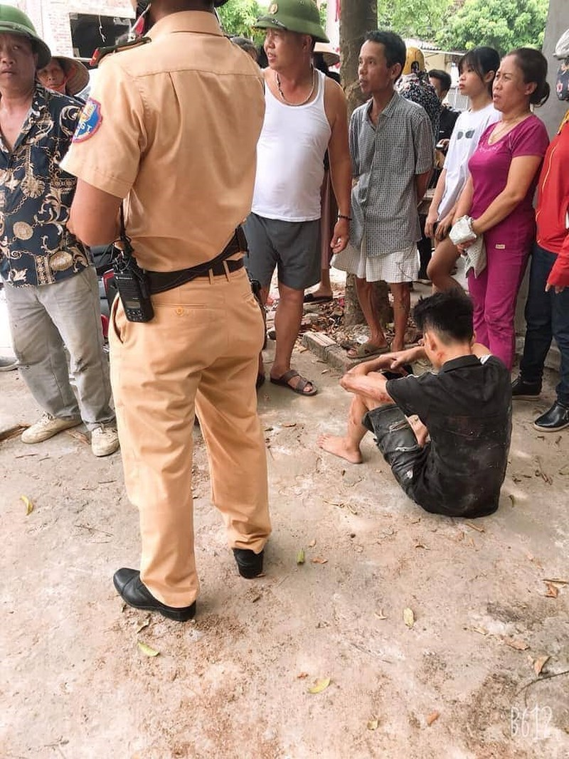 Kinh hãi cảnh thanh niên đâm chiến sĩ CSGT hất văng lên không trung