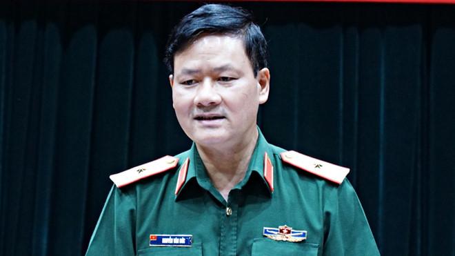 Thiếu tướng Nguyễn Văn Đức, Cục trưởng Cục Tuyên huấn, Bộ Quốc phòng, trả lời tại họp báo. Ảnh Lê Hiệp