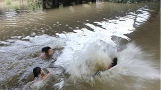 Trượt chân ngã xuống hồ, bé gái 6 tuổi tử vong thương tâm